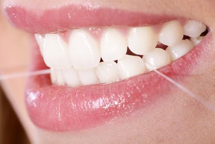 Zahnpflege zu Hause mit Zahnseide